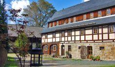 Das Altendorfer Vorwerk liegt auf einer sonnigen Ebene oberhalb des Elbtals in der sächsischen Schweiz. Der imposante Fachwerkbau steht auf historischem Grund: Er ist auf den Mauern eines alten Gutes aus dem 12. Jahrhundert erbaut. ...