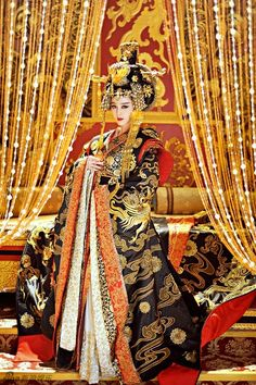 The Empress of China 武则天 Wu Zetian Fan Bing Bing 范冰. Not sure how historically accurate this is, but this costume is stunning to say the least. Wu Zetian, Fan Bingbing, Traditional Fashion, Traditional Dresses, Traditional Chinese, Asian Woman, Asian Girl, The Empress Of China, Chinese Clothing