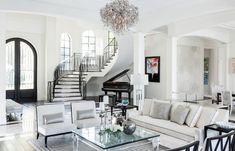 Pièces à vivre de luxe | Une pièce à vivre en ton de blanc | #pièceàvivre, #décoration, #luxe | Plus de nouveautés sur magasinsdeco.fr/