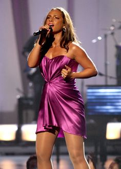 Pregnant Alicia Keys on stage
