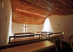 Espacios en madera: Una ola de madera en Prayer Chapel