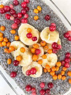 Budinca din seminte de chia si fructe Chia, Raw Vegan, Fruit Salad, Acai Bowl, Food And Drink, Diet, Breakfast, Banana, Acai Berry Bowl