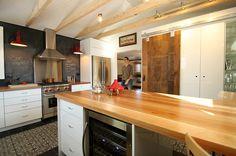J'aime tout de cette cuisine. La porte en bois pour notre cuisine (espace laveuse-sécheuse) comptoirs, céramiques planchers..