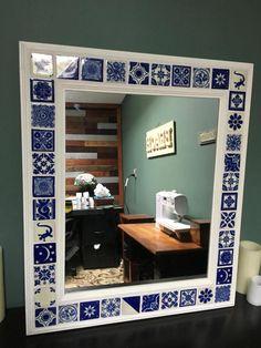 Decorativa Talavera azulejos espejo de la pared con azulejos madera de ajuste y mexicanos. Marco está pintado de blanco del país. Cada azulejo es único en los patrones de color azul y blanco. Mide 23 pulgadas x 27 en. Espejo de medidas 16 en x 20. Puedo hacer los tamaños de