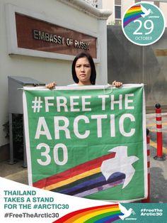 ช่วงเช้าวันนี้ (29 ต.ค.56) เจ้าหน้าที่กรีนพีซ ได้ยืนถือป้ายข้อความ #FreeTheArctic30 หน้าสถานทูตรัสเซีย ประจำประเทศไทย เพื่อเรียกร้องให้ทางการรัสเซีย ปล่อยตัวเพื่อนนักกิจกรรมอาร์กติก 30 คน ซึ่งถูกคุมขังนานกว่า 40 วันแล้ว