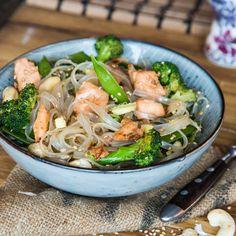 Lachsnudeln auf Asiatisch: Nimm Glasnudeln statt Pasta, Hoisin-Sauce statt Sahne, Schüssel statt Teller und Stäbchen statt Gabel und Löffel.