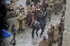 First glimpse of Yara Greyjoy being paraded through the streets of what looks like King's Landing by her uncle, Euron Greyjoy. (GoT Season 7)