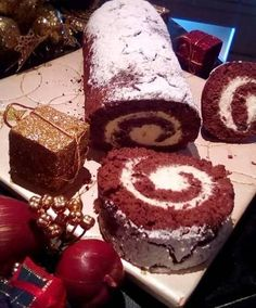 Συνταγή για χριστουγεννιάτικο κορμό με κρέμα και κακάο. Εύκολος και γρήγορος κορμός με παντεσπάνι από σοκολάτα για το γιορτινό τραπέζι. Cake Receipe, Macaron Recipe, Greek Recipes, Sweet And Salty, Christmas Desserts, Cupcake Cakes, Bakery, Dessert Recipes, Food And Drink