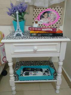Mesa pintada de branco fosco com aplicação de tecido + bandeja e cachepot de mdf pintados de turquesa.