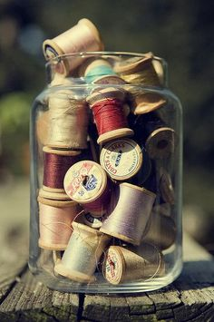 vintage spools of thread I fill old blue mason jars with sewing notions and convert them to lamps ! Thread Spools, Needle And Thread, Little Mercerie, Vintage Sewing Notions, Vintage Sewing Machines, Sewing Baskets, Wooden Spools, Sewing Rooms, Sewing Spaces