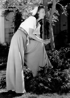 One of my favorite things about 1930s style was the wide leg trousers. Isn't this look just perfect vintage inspiration?