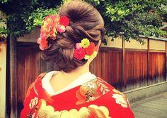 目指せ!オシャレな大和撫子♡先輩花嫁さんに学ぶ『参考にしたい和装ヘア』10選*のトップ画像 Wedding Party Hair, Hairdo Wedding, Wedding Hair And Makeup, Bridal Hair, Graduation Hairstyles, Party Hairstyles, Formal Hairstyles, Wedding Hairstyles, Wedding Kimono