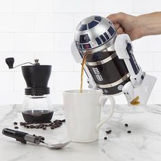 Start your morning with help from none other than with this Star Wars inspired coffee maker. is able to freshly brew 4 cups of piping hot java in just a matter of minutes and is the perfect gift for a coffee lover and Star Wars fan. Star Wars R Geek Decor, Geek Gadgets, Cool Gadgets, Cocina Star Wars, Cadeau Star Wars, Star Wars Kitchen, Grill Set, Star Wars Gifts, French Press