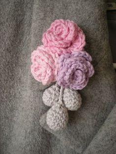 EmmHouse: Flower brooch - free crochet pattern. ༺✿ƬⱤღ https://www.pinterest.com/teretegui/✿༻
