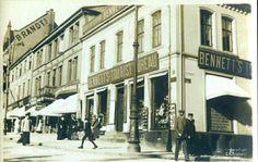Hordaland fylke BERGEN. Torvet (i dag: Torvalmenningen) med div. forretninger og folk. Utg C. A. Erichsen tidlig 1900-tall