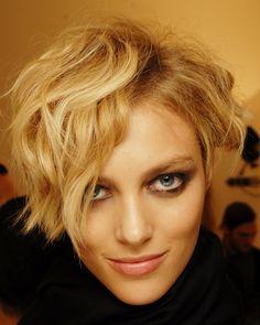 Mit Locken getragen wirkt die Frisur sehr schön feminin. Topmodel Anja Rubik