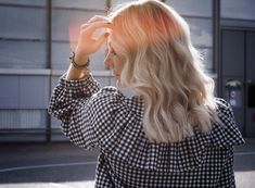 How is the hair between two extensions? There are about four m … – All About Hairstyles Lausanne, Pose D Extension, Short Bob Haircuts, Poses, Hair Extensions, Hair Cuts, Hair Color, Ruffle Blouse, This Or That Questions