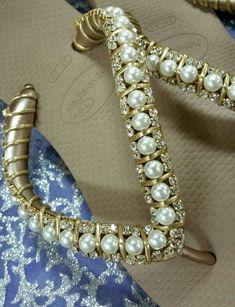 Havaiana Top Bege, bordada com pérolas e correntes de strass com fio de couro macia dourada e com Três pedrinhas de strass no solado
