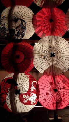 Les parapluies de nuit Oil Paper Umbrella, Paper Umbrellas, Umbrella Art, Under My Umbrella, Umbrella Photography, Art Photography, Chinese Celebrations, Zen Style, Garden Whimsy