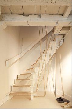dans cet appartement les tons neutres de l escalier adoucissent l ambiance le blanc du bois et