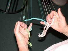 Longer loop braids, and starts with no ends Techniques Textiles, Weaving Techniques, Lucet, Finger Weaving, Hand Weaving, Medieval Crafts, Braids With Weave, Passementerie, Pattern Drafting