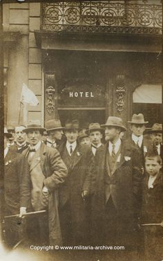 This is believed to show the Irish Rebel prisoners on return from Frongoch. Ireland 1916, Irish Independence, Easter Rising, Ireland Pictures, Irish People, Erin Go Bragh, Michael Collins, Irish Eyes