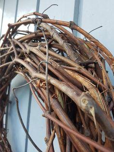 Krans flettet av kortreist drueranke som kan brukes året rundt. | SkarpiHagen Grapevine Wreath, Grape Vines, Stones, Wreaths, Home Decor, Compost, Rocks, Decoration Home, Door Wreaths