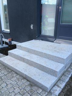 Kestävät ja tukevat portaat graniittisista porraskivistä toteutettuna.