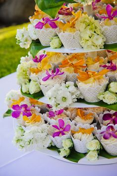 Tropical wedding cupcakes - In love with the colors and flowers here!
