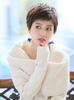 クセ毛風なニュアンスパーマをかける事で、女性らしい40代大人に似合うベリーショートスタイルになります。