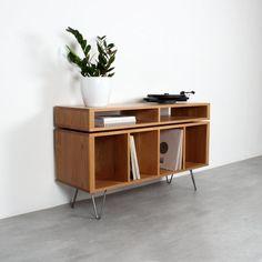 Cet armoire en chêne massif polyvalent est principalement conçu pour être utilisé comme un vinyle armoire, tourne disque support ou media console table de stockage, mais il fonctionne aussi bien comme un buffet ou même une boisson ou vitrine. Il est fait de chêne massif, avec les jambes en épingle à