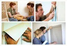 Como instalar papel pintado en las zonas con enchufes.