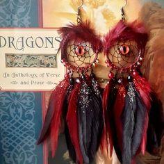 #diy #diyjewelry #diycrafts #dreamcatcher #earrings #craft #feathers #dragoneye #dragon #ilovedragons #motherofdragons #jewelry #iseefire #red #black #glitter #glitteraddict #rhinestones #inspired #getcreative #fairytale #fantasy #jewelrygram #goth #korvakorut #unisieppari #teeseitse #askartelu #lohikäärme #koru