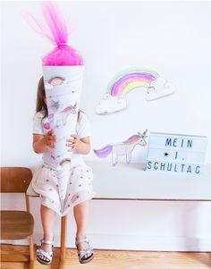 Schultüte Einhorn zum Schulanfang basteln - mit Tüll - wir zeigen euch wie es ganz schnell mit unserem Free Printable geht: einfach Schultüte Batelset Motiv Einhorn - mit Sternen und Regebogen - für die Zuckertüte ausdrucken und selber anmalen // Back to school - free printable for school cone - unicorn; stars and rainbow! - check out FAMILICIOUS.de