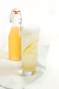 Lemonsoda fatta in casa: uguale uguale all'originale Cocktail Drinks, Cocktail Recipes, Cocktails, Limoncello, V8 Juice, Smoothies, Happy Drink, Liqueur, Milkshake
