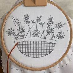 embroidery hoop art & embroidery & embroidery patterns & embroidery inspiration & embroidery designs & embroidery for beginners & embroidery stitches & embroidery flowers & embroidery hoop art Hand Embroidery Patterns Flowers, Basic Embroidery Stitches, Hand Embroidery Videos, Embroidery Flowers Pattern, Learn Embroidery, Embroidery Hoop Art, Crewel Embroidery, Modern Embroidery, Beginner Embroidery
