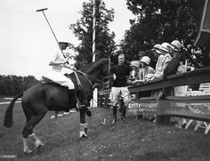 1928 am Poloplatz der Gartenstadt Frohnau. EIn Polospieler präsentiert sich und sein Pferd der entzückten Damenwelt. Fotografiert wudred sa Ganze vom Atelier Binder und im Magazin 'Die Dame' 1928 veröffentlicht. Copyright von Ullstein Bild und Getty Images.