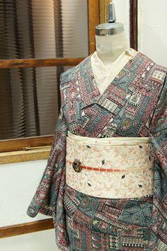 コーラルピンクにタイルのようなパッチワークデザインが心躍る袷着物です。 Split Complementary, Color Harmony, Yukata, Japanese Kimono, Color Theory, Plaid Scarf, Patterns, Fashion, Block Prints