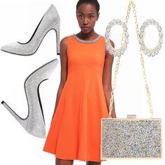 Per una serata elegante oppure in disco, propongo questo abito svasato color arancio, scollatura rotonda con pietre glitter, scarpe con tacco argento, pochette con catena oro e glitter, orecchini rotondi con brillantini!