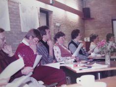 Vrijwilligers volgen een training. Deze foto is omstreeks 1985 gemaakt. De gedegen training en begeleiding is onmisbaar voor het werk aan de telefoon.