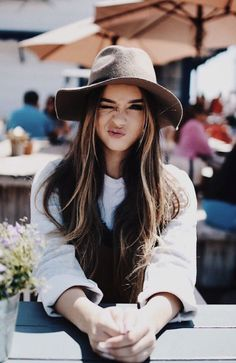 15 photo ideas to be a model of your friend 'the aspiring photographer' - ▵vibin▵ - Girl Mode Hipster, Shotting Photo, Poses Photo, Foto Casual, Stylish Hats, Girl Photography, Hats For Women, Malta, Avatar