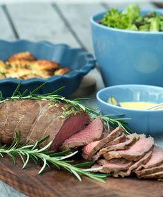 Roastbeef opskrift - perfekt tilberedt i ovn eller på grill Birthday Dinners, Tapas, Main Dishes, Steak, Food And Drink, Forslag, Thomas Birthday, Roasts, Foods