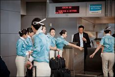 World stewardess Crews: Passengers like to capture behind the crew Airline Uniforms, Korean Air, Asian Babies, Cabin Crew, Flight Attendant, Girls, Daughters, Maids