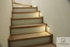 #schody#schodynabeton#beton#nowoczesne#schodynowoczesne#dąb#balustrada#szkło#drewno#schodydebowe#drewniane#kochamydrewno#słoje#wnetrza#klatkaschodowa#projekty#projektowan#schodydonieba#biel#klimatycznie#design#steirs#steps#interiordesign#interior#wood#wooden#homedesigns#homesweethome#inspiration#homeinspiration Na podłożu betonowym. Smak tradycji. Schody wykonane z drewna dębowego bielonego, postarzanego. Bookcase, Stairs, Shelves, House Design, Inspiration, Home Decor, Wooden Ladders, House, Biblical Inspiration