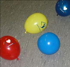 Meine Lieblingsstunden im Kindergarten! Spielen mit Luftballons. Material: Luftballons, Handtücher/ Scheuerlappen Alter: ab 3 Jahre Vorbereitung: Die Teilnehmer finden sich paarweise zusammen. Jedes Paar erhält einen aufgeblasenen Luftballon und ein Tuch. Spielidee: Der Luftballon wird auf das Tuch gelegt und hoch geschleudert. Die Paare versuchen den Ballon wieder aufzufangen. Ohne den auf dem Tuch legenden…