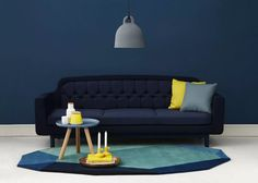 canapé bleu marine sur mur fond bleu foncé