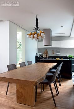 House of women in Sao Paulo Dining Room Table Chairs, Wooden Dining Tables, Wood Table, Dining Area, Kitchen Dining, Shelf Furniture, Live Edge Table, Deco Table, Apartment Kitchen
