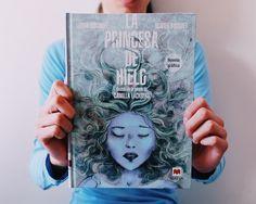 ¡Léonie Bischoff y Olivier Bocquet nos traen La Princesa de hielo hecha novela gráfica! Basada en la novela de la exitosa escritora sueca, Camilla Läckberg, este historia cargada de suspense te atrapará por completo.