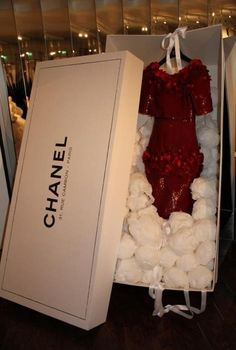 haute couture Chanel I like the idea of the garment coming in a large branded box. It is very unusual and with all Chanel packaging it is kept plain and simple. Chanel Couture, Dress Chanel, Chanel Box, Chanel Paris, Boutiques, Estilo Coco Chanel, Mademoiselle Coco Chanel, Perfume Chanel, Perfume Ad