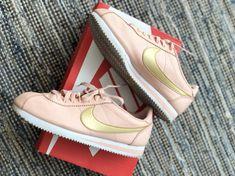 b96288b2b6 Tenis Nike Cortez a precio de liquidación. ¡Agrégalos a tu colección!